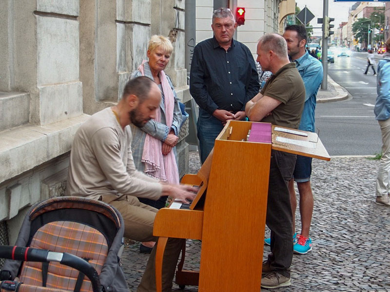 Das Nachbarschaftszentrum »Die Tür« in der Wiederitzscher Straße mit »Open stage«-Klavier auf dem Bürgersteig.