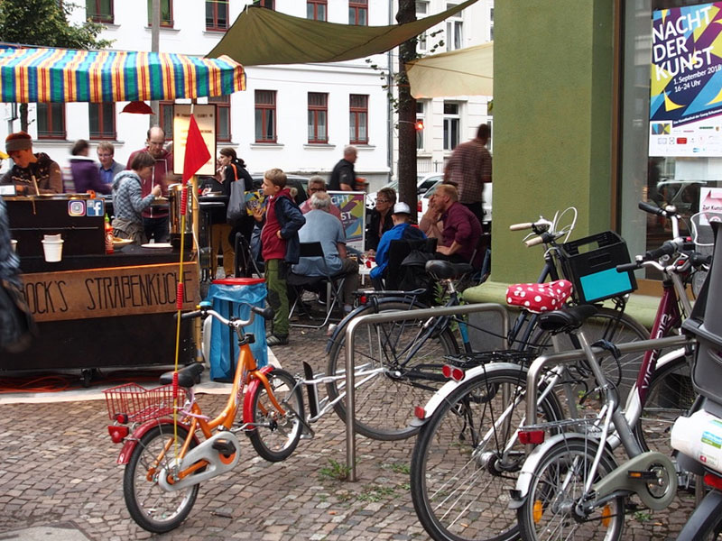 Freisitze und mobile Verpflegungsstationen erfreuen sich regen Zuspruchs, hier das (w)einstein 13 in der Breitenfelder Straße.