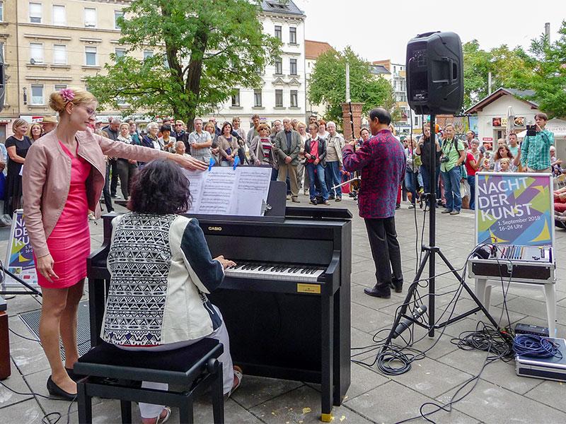 Jian Guo Lu (chinesische Geige) und Janet Olbrich (Klavier) sowie das TricolorEnsemble (Gesang, Klarinette und Klavier) umrahmen die Eröffnung musikalisch.