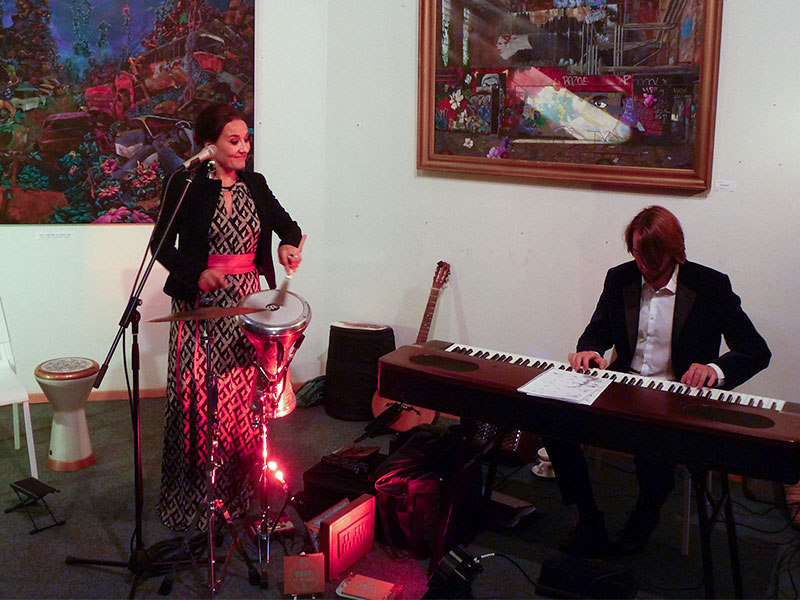 Dazu erfreute vielbeachtete Livemusik von Muskelkater sowie der Sängerin Karolina Trybala (hier im Bild, mit Begleitung) das Publikum.