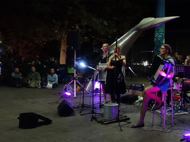 Die Gruppe Tumbacaria verschmolz in der AXIS Passage Melodien aus Osteuropa und der Roma mit traditioneller Klezmermusik.